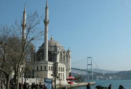 La moschea di Ortakoy e il ponte sul Bosforo